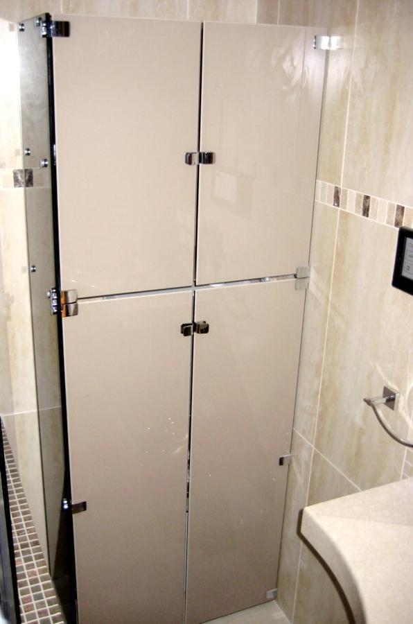 Стъклен шкаф по индивидуални размери